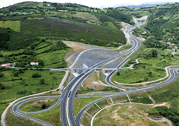 When working on road projects, Acciona gives priority to performing detailed environmental studies and designing to minimise impact to the surroundings.