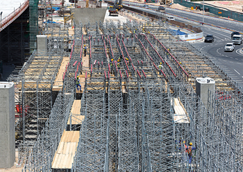 Combining the modular Variokit and PD 8 systems proved to be the ideal approach to establishing the superstructure formwork for the in-situ concrete bridge.