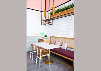 In addition to the wooden elements, warmth is created with the terracotta wall and pendant lighting.