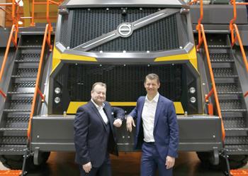 Volvo CE president Melker Jernberg (right) and Douglas pose with the R100E rigid hauler.
