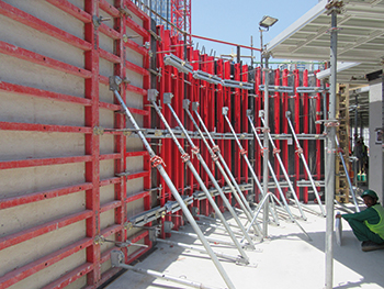 The Radius circular formwork can be connected to the Mammut 350 wall formwork without additional auxiliary equipment by means of assembly locks.