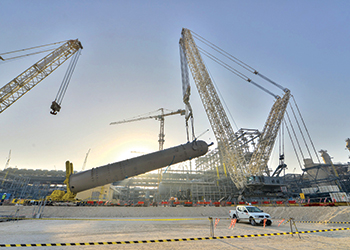 The Terex CC 8800-1 Twin crane lifting an AGR absorber in Qatar.