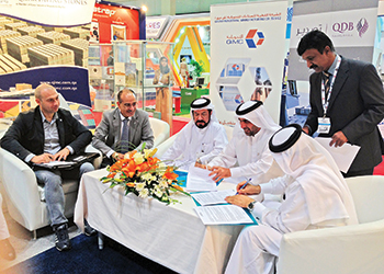 WinDar and Qatar Extrusion officials sign the agreement.