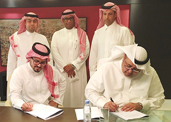 Al Mashal and Bin Mahfouz sign the agreement.
