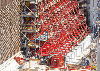 9.5-m-high walls were formed with the Vario girder wall formwork.